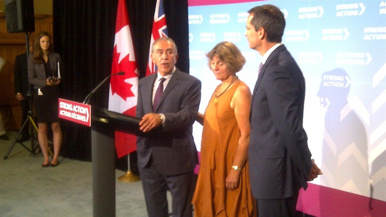 Greg Sorbara annonce qu'il démissionne en compagnie du premier ministre de l'Ontario, Dalton McGuinty.
