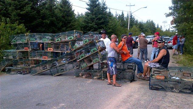 Les manifestants ont barré l'accès à l'usine Village Bay avec leurs cages de homards à Bedec, au Nouveau-Brunswick.