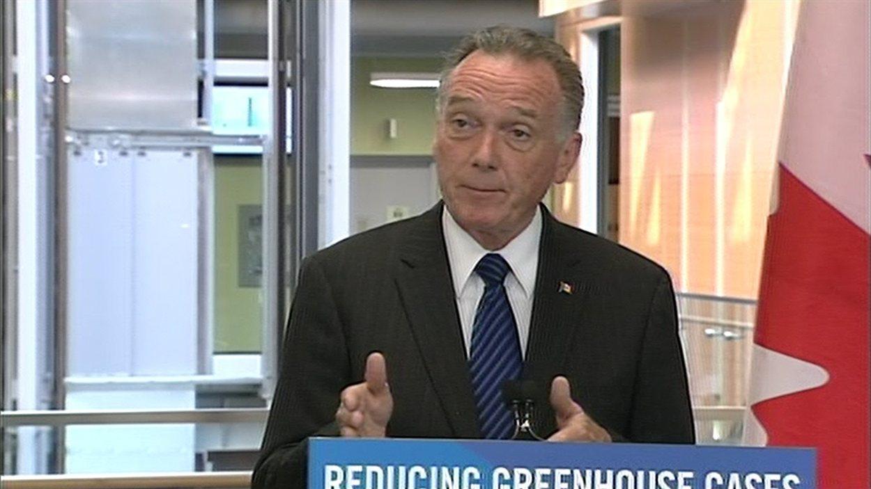 Le ministre de l'Environnement du Canada, Peter Kent, en conférence de presse le 8 août 2012