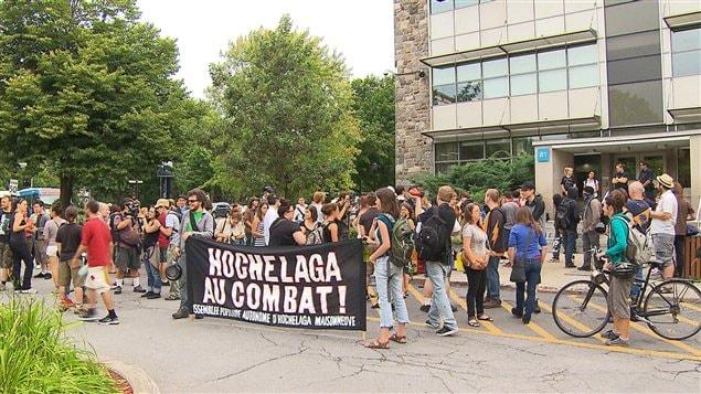 Les manifestants devant le Collège de Maisonneuve
