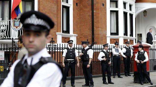 Des policiers montent la garde devant l'ambassade de l'Équateur à Londres