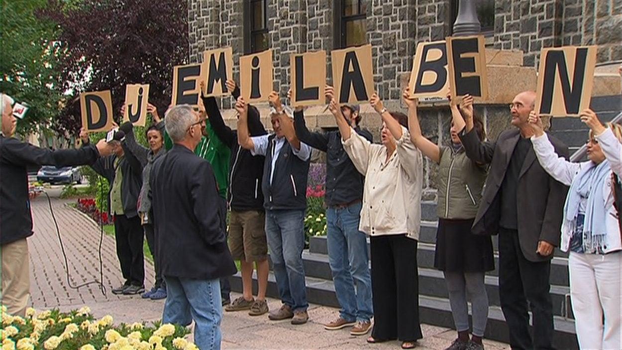 Manifestation contre les propos du maire Jean Tremblay devant l'hôtel de ville de l'arrondissement de Chicoutimi.