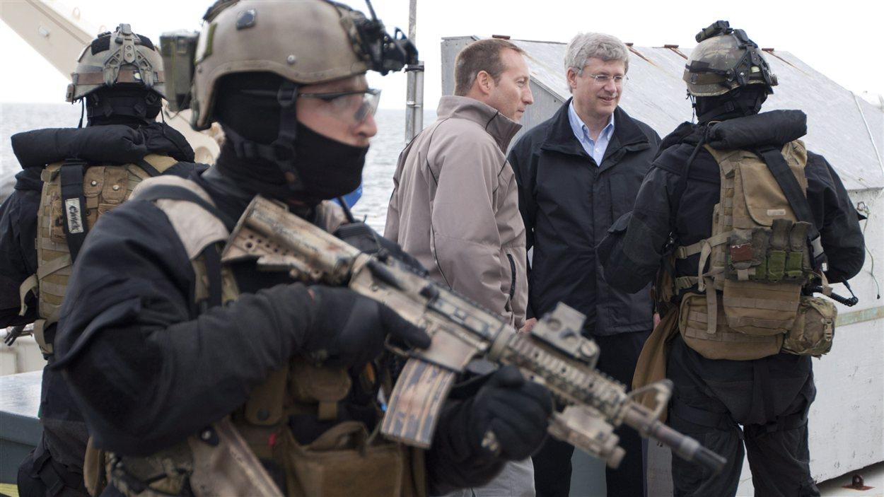 Stephen Harper, Peter Mackay et les militaires lors d'un exercice militaire dans le Grand Nord.