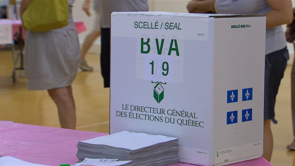 Boîte de scrutin dans un bureau de vote au Québec