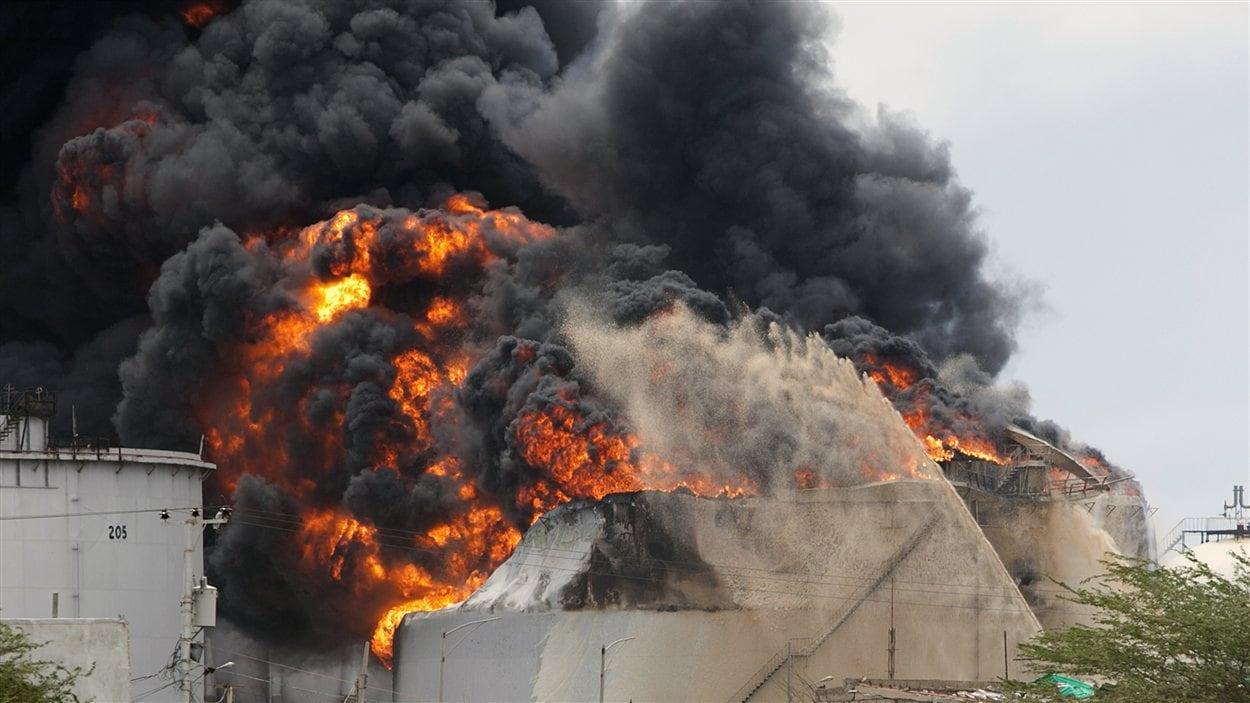 Les pompiers tentent de maîtriser les flammes dans le troisième réservoir de la raffinerie Amuay, au Venezuela.