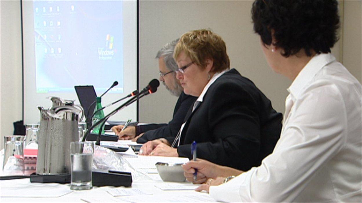 Marie-France Kenny (centre) lors de la réunion à Ottawa