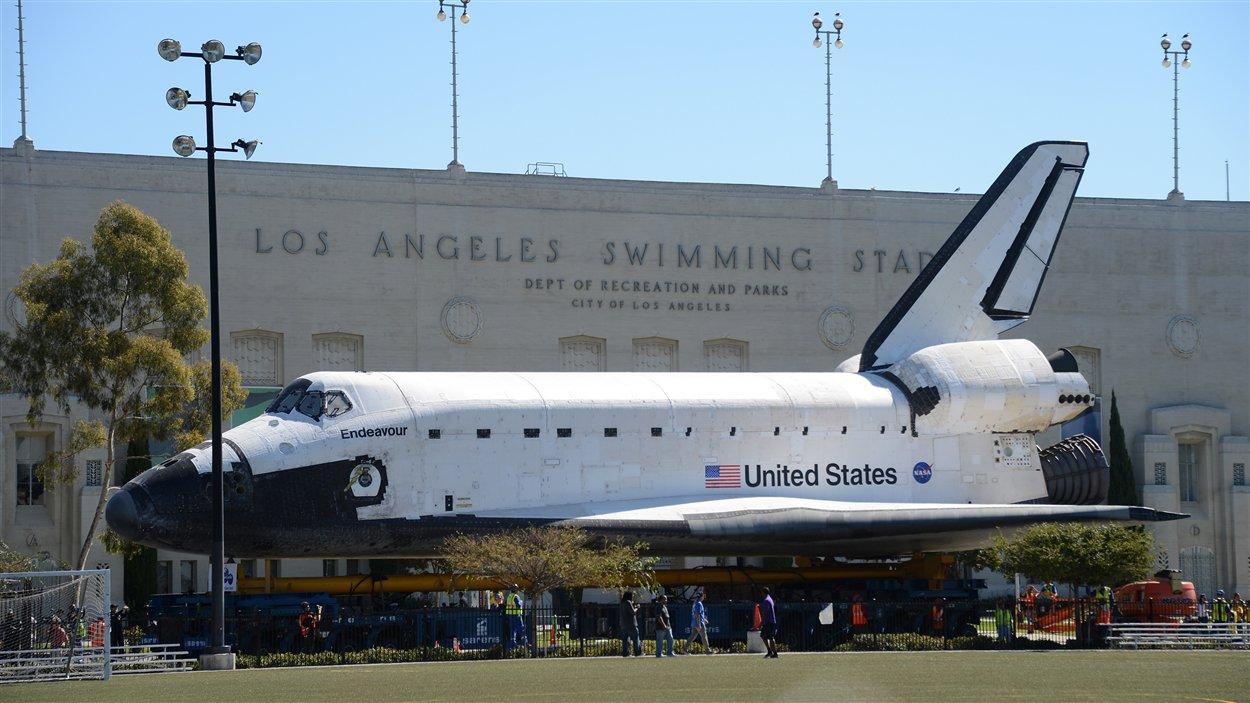 La navette spatiale Endeavour à son arrivée au Centre des sciences de la Californie le 14 octobre 2012.