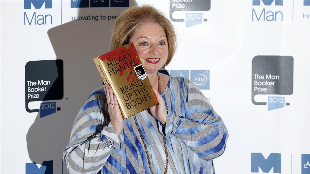 La romancière britannique Hilary Mantel remporte le prix Man Booker 2012.