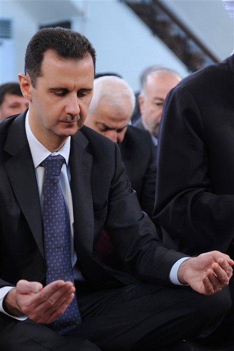 Le président syrien Bachar Al-Assad participe à la prière dans une mosquée de Damas.
