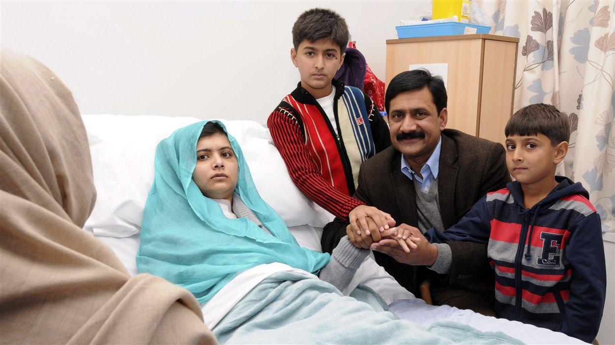 Une photo de Malala Yousufzai avec sa famille à son chevet dans un hôpital de Grande-Bretagne