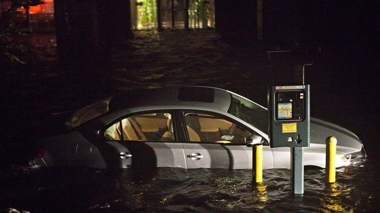 Une voiture inondée dans le Financial District de New York, lors du passage de la tempête Sandy, le 29 octobre 2012