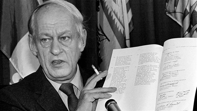 Le premier ministre du Québec, René Lévesque, tient dans ses mains l'accord constitutionnel signé par le premier ministre du Canada, Pierre Elliott Trudeau, et neuf premiers ministres provinciaux, le 11 novembre 1981.