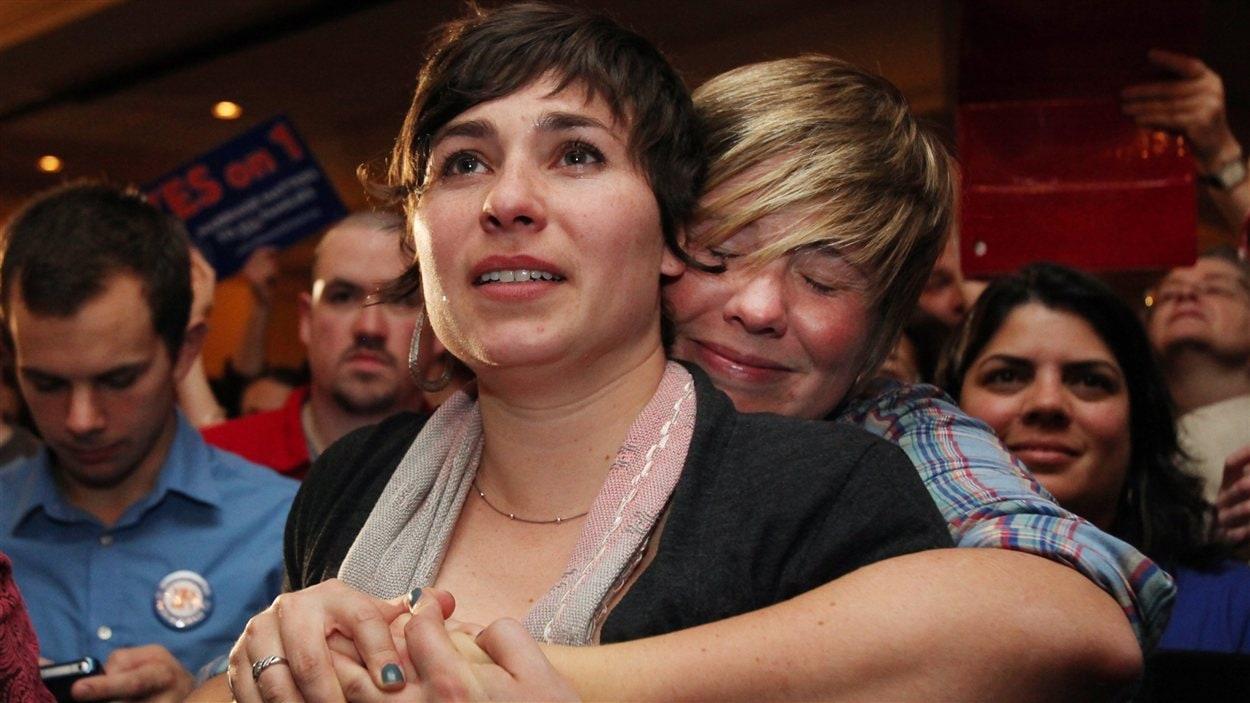 Lauren Snead (à droite) étreint sa conjointe Katy Jayne dans la foulée de la victoire des partisans du mariage gai au Maine. Le couple prévoit se marier rapidement.