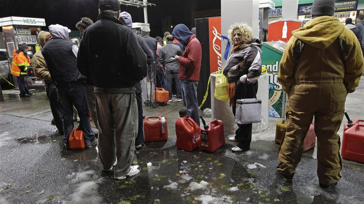 Les citoyens se rendent désormais à pied aux postes de distribution d'essence pour économiser le carburant.