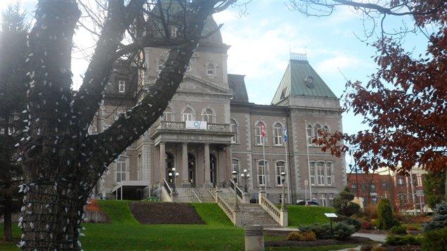 Les drapeaux de l'hôtel de ville de Sherbrooke ont été mis en berne en hommage aux victimes de l'explosion chez Neptune Technologies.