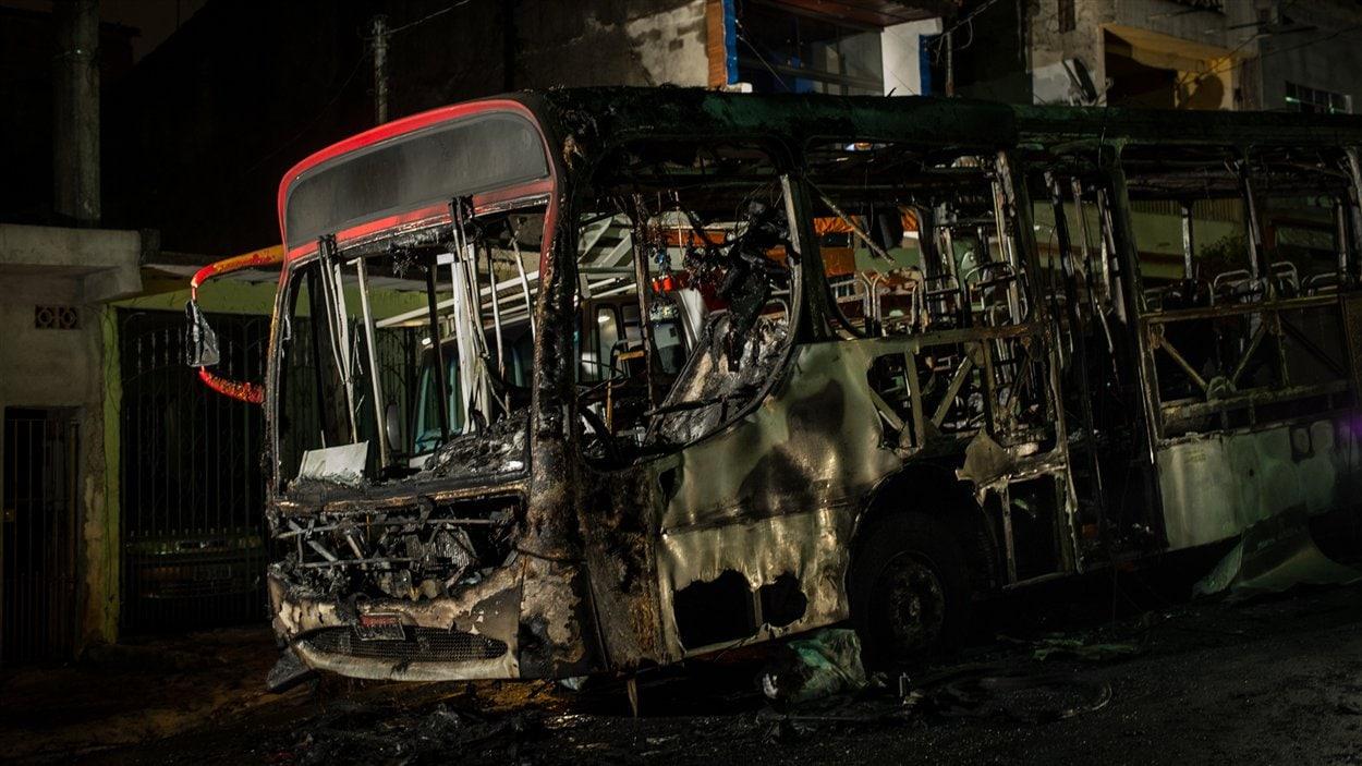 Des cambrioleurs seraient à l'origine de l'incendie de cet autobus, à Sao Paulo, au Brésil