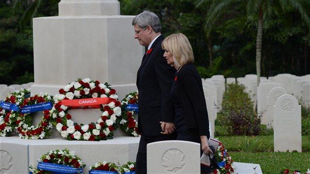 Le premier ministre Stephen Harper et son épouse, Laureen, dans le cimetière de Hong Kong où reposent des soldats canadiens