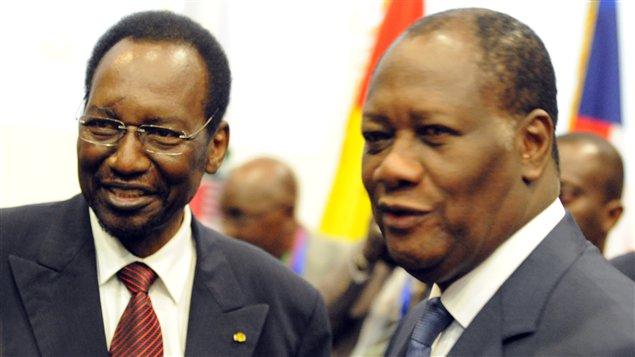 Le président intérimaire du Mali, Dioncounda Traoré (à gauche), et le président ivoirien, Alassane Ouattara (à droite), au sommet de la CEDEAO.