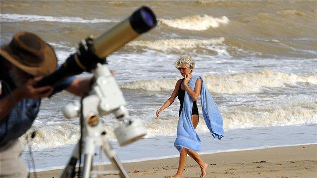 L'équipement est installé pour capter en direct l'éclipse solaire totale en Australie le 14 novembre 2012.