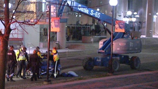 un homme meurt apr s tre tomb d 39 une nacelle au centre ville d 39 ottawa ici radio. Black Bedroom Furniture Sets. Home Design Ideas