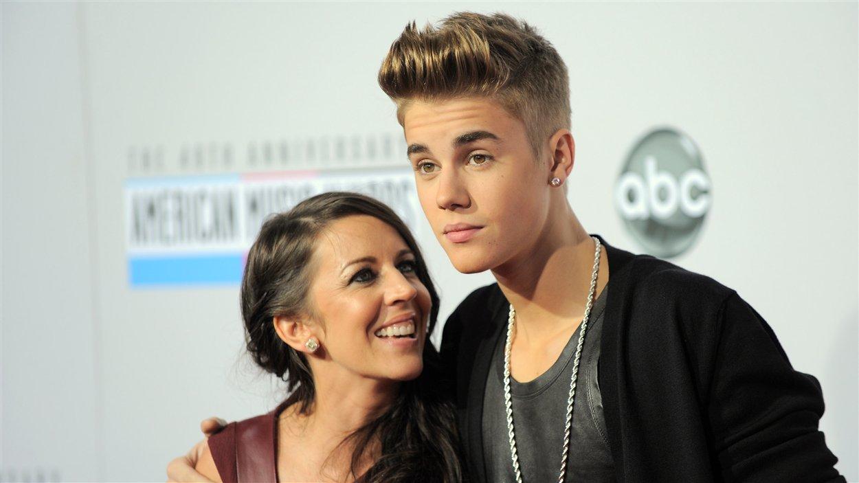 Justin Bieber et Pattie Mallette à leur arrivée à la 40e cérémonie des American Music Awards à Los Angeles le 18 novembre 2012.
