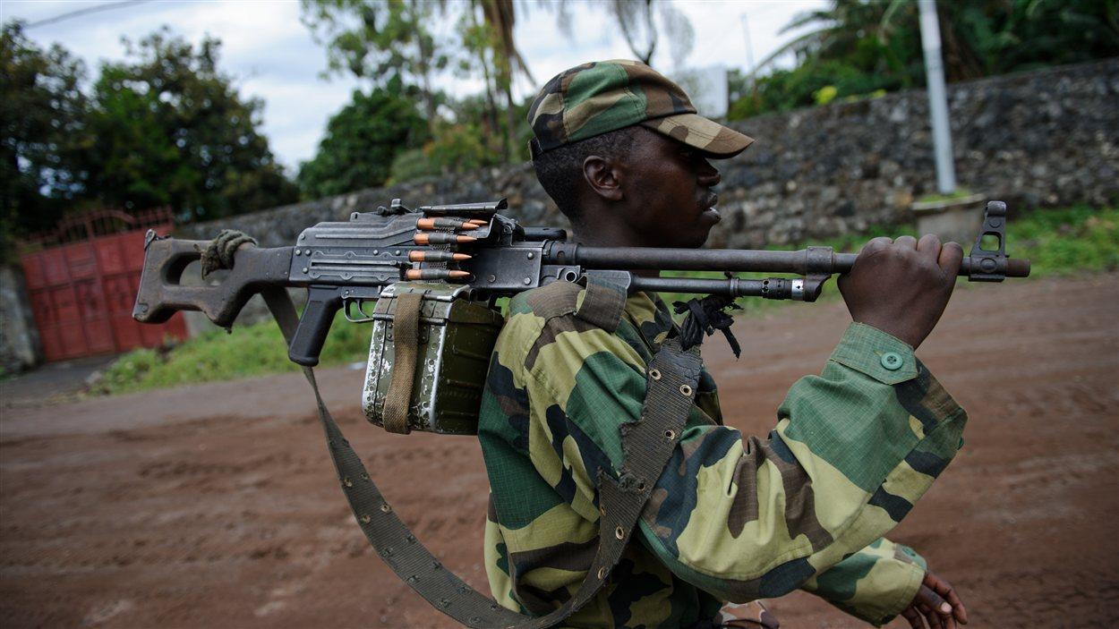 Un rebelle du M23 marche dans les rues de Goma.