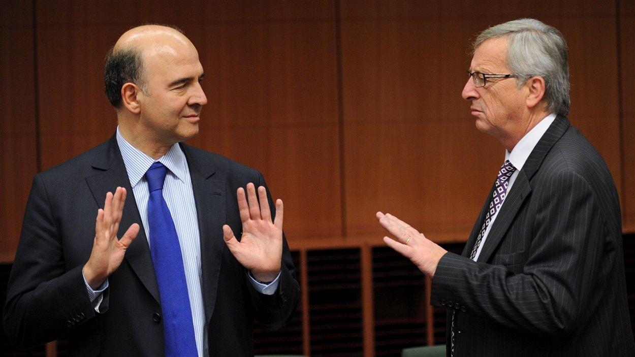 Le ministre français des Finances Pierre Moscovici (à gauche) et le président de l'Eurogroupe Jean-Claude Juncker (à droite) lors de la réunion à Bruxelles.