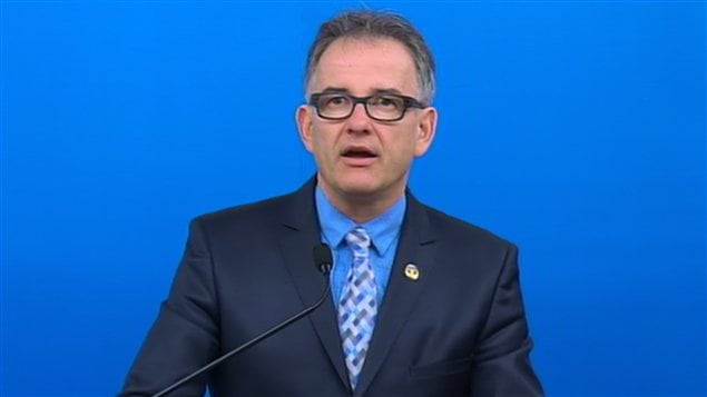 Le ministre Réjean Hébert, au cours de la conférence de presse consacrée au rapport sur les drames intrafamiliaux.