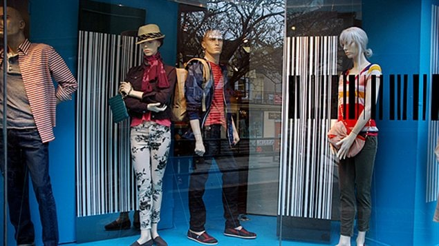 Une vitrine à rayures à la boutique Over the Rainbow à Toronto