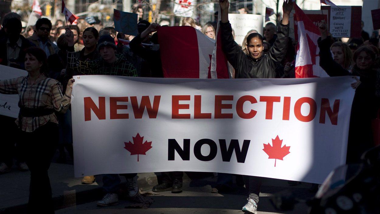 Des Torontois manifestent contre les appels trompeurs, en mars 2012