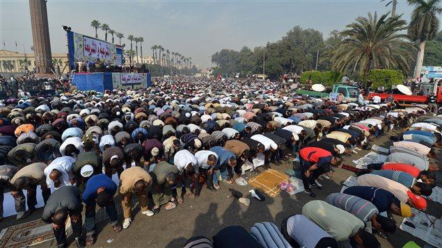 Prière devant l'Université du Caire lors de la manifestation appuyant le président Morsi.