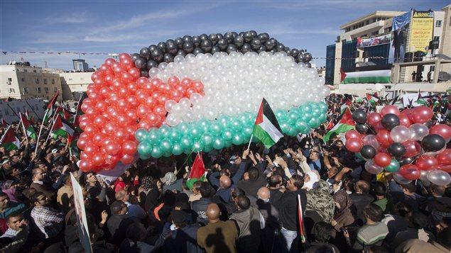 Un drapeau palestinien composé de ballons dans la bande de Gaza lors d'un rassemblement pour célébrer l'obtention du titre d'État non membre de la Palestine à l'ONU.
