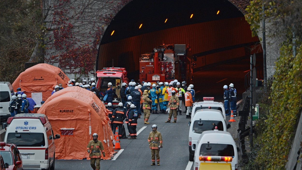 Les opérations de secours ont repris après une interruption décidée par les autorités pour des raisons de sécurité.