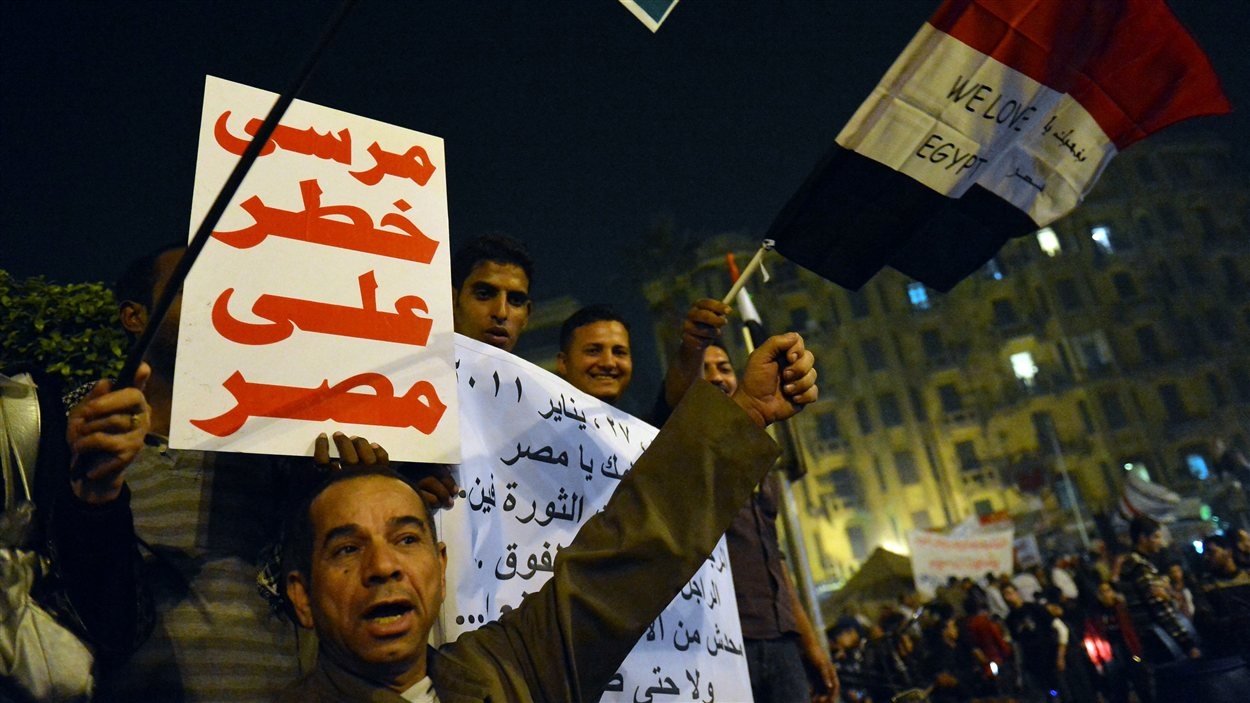 Des opposants au président manifestent au Caire. Il est écrit sur la pancarte : « Morsi est un danger pour l'Égypte ». (archives)