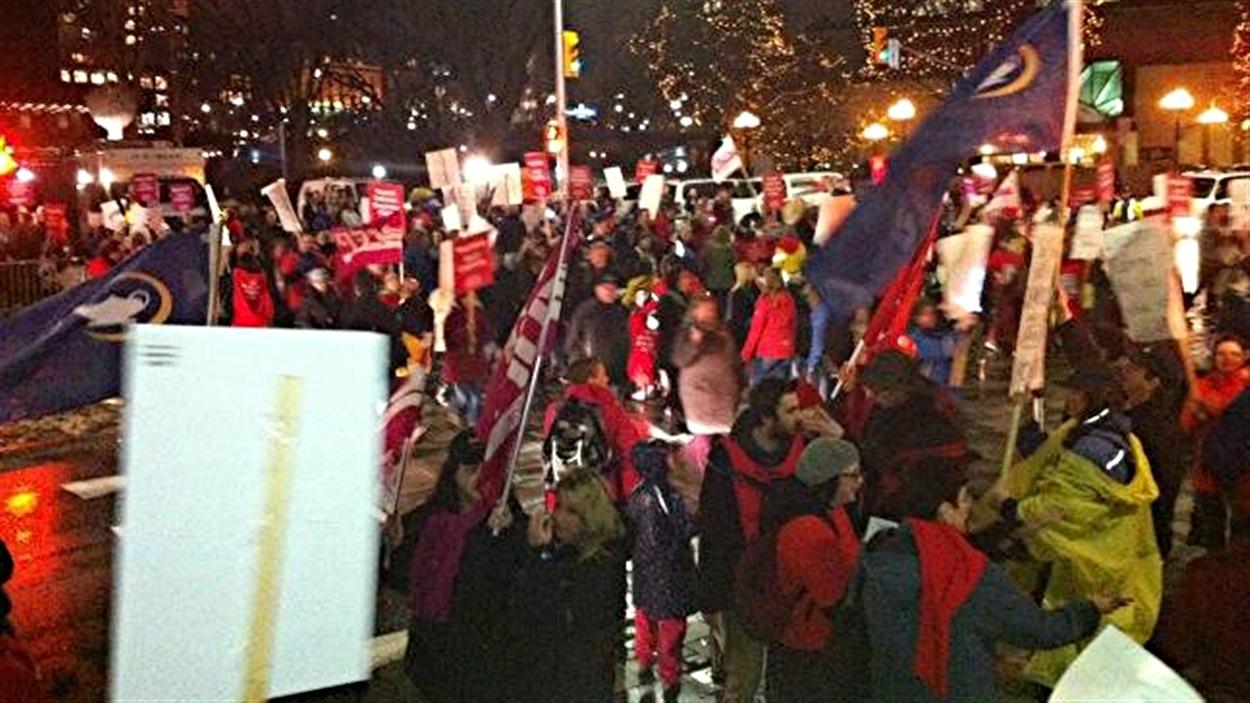 Plus de 200 enseignants d'Ottawa ont manifesté devant le Centre des congrès où Dalton McGuinty participe à une activité de financement.