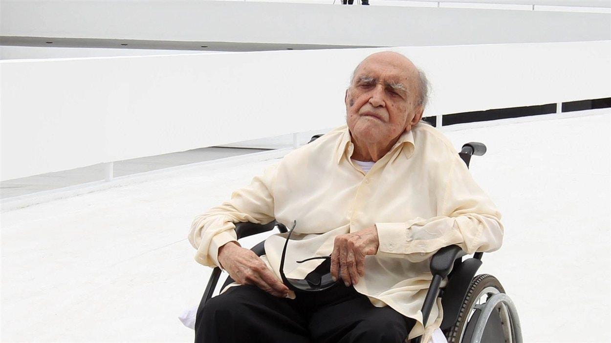 Oscar Niemeyer pose devant l'édifice de la Fondation Niemeyer, à Niteroi, au Brésil, en 2010.