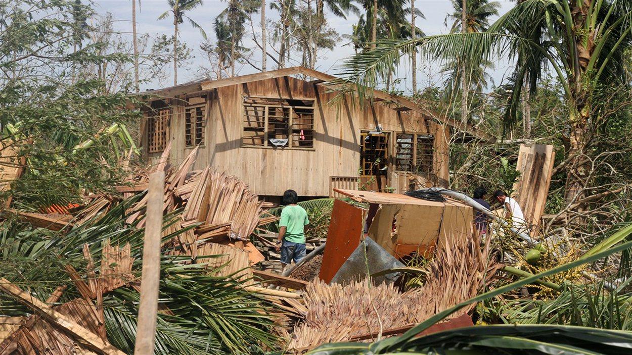 Une maison du sud-est des Philippines endommagée par le passage du typhon Bopha.
