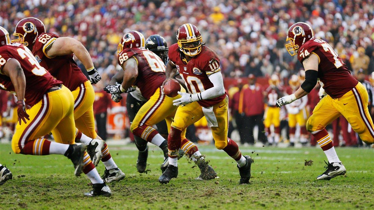 Le quart Robert Griffin III (no 10) des Redskins en deuxième demie du match remporté 31-28 en prolongation par Washington contre Baltimore.