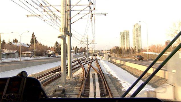 La ligne ouest relie le centre-ville de Calgary à la 69e Rue sud-ouest.