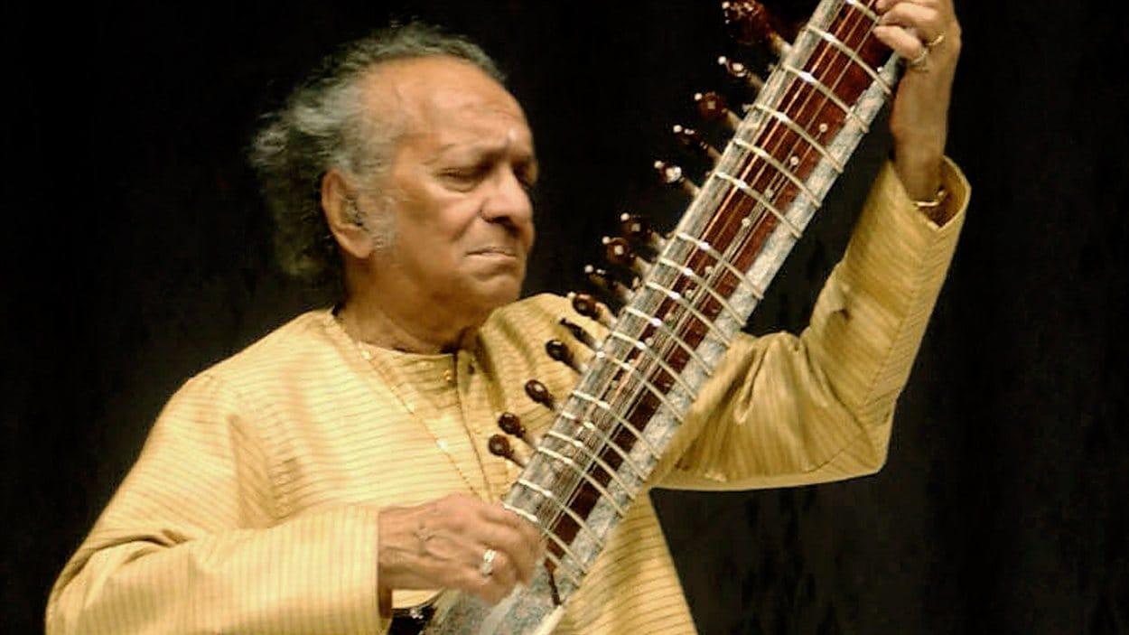 Le maître indien du sitar, Ravi Shankar, en février 2004 au New Delhi.
