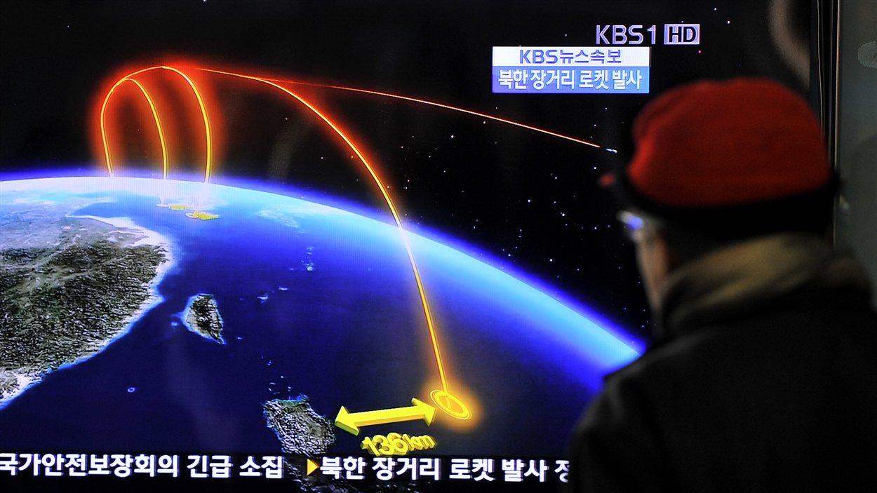 Un Coréen du Sud regarde la télévision qui présente la nouvelle du lancement d'une fusée en Corée du Nord.