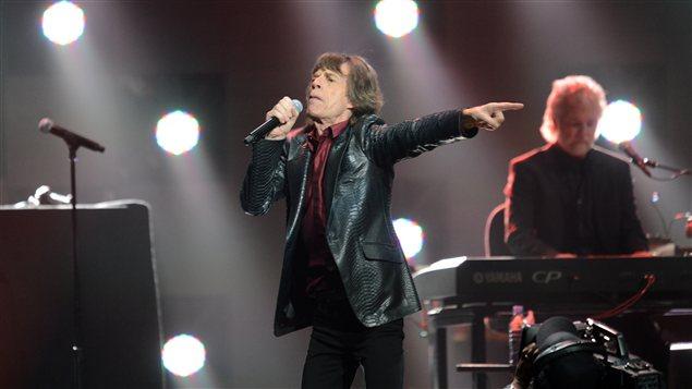 Mick Jagger, du groupe les Rolling Stones, monte sur scène au Madison Square Garden de New York.