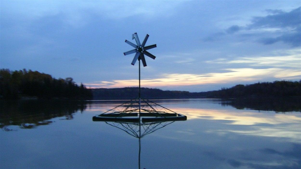 Une éolienne sur le lac Savard, à Rouyn-Noranda
