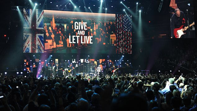 The Who livre une performance au concert-bénéfice visant à venir en aide aux victimes de la tempête Sandy à New York.