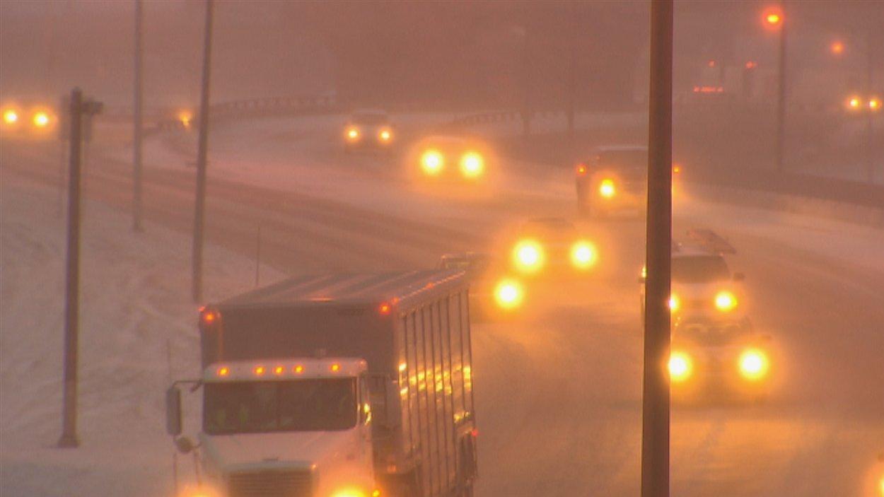 La tempête frappe la région de Québec, où jusqu'à 35 cm sont attendus d'ici mardi.