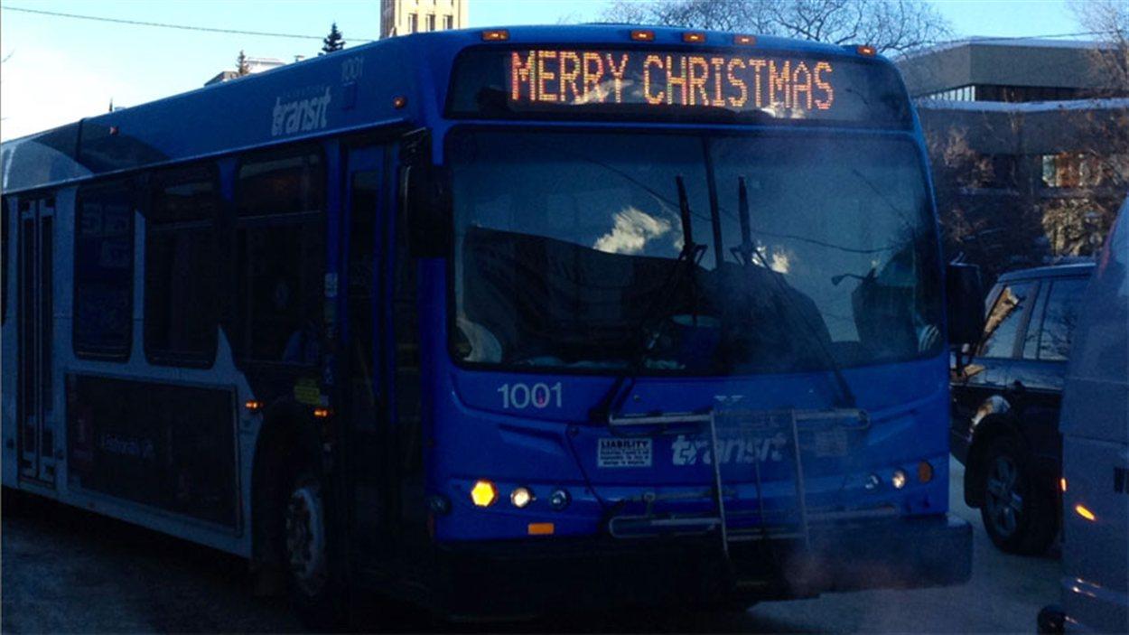Un autobus de Saskatoon affiche « Joyeux Noël »
