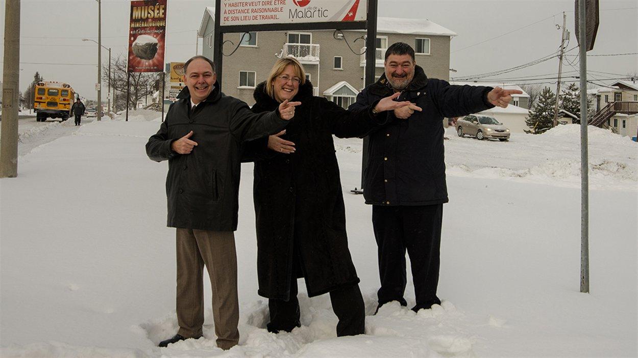 Le greffier de Malartic, Gérald Laprise; la directrice générale et trésorière de la Ville, Lucie Roger, et le maire, André Vezeau