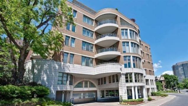L 39 ex directeur du cusm met en vente son penthouse for Vente piscine montreal