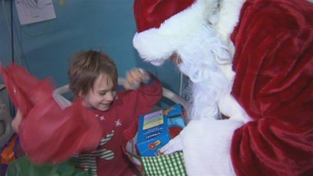 Le père Noël rend visite aux enfants malades du CHUS