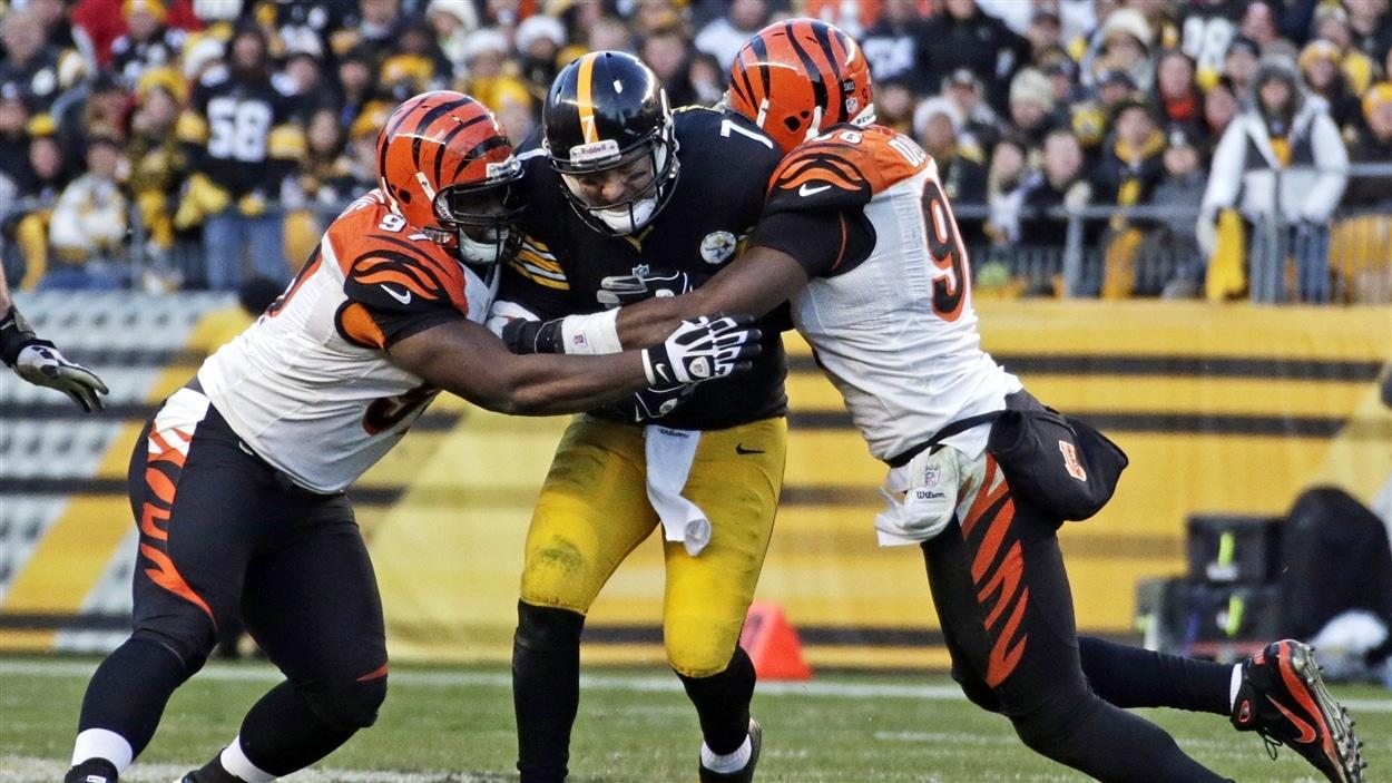 Ben Roethlisberger des Steelers de Pittsburgh est freiné par deux joueurs des Bengals de Cincinnati.